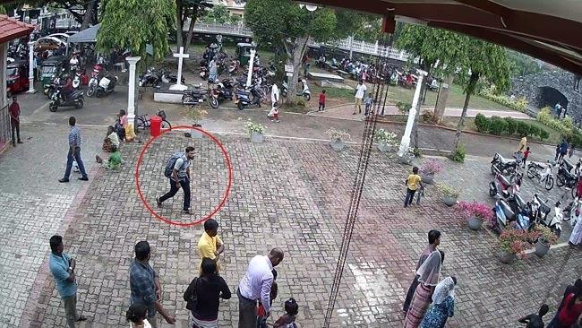 图为教堂外监控捕捉到的自杀式炸弹袭击者。 图/斯里兰卡当地媒体Ada Derana
