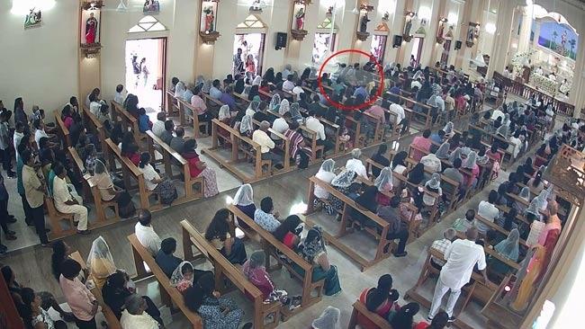 自杀式炸弹袭击者进入教堂后,在祈祷人群中引爆炸弹。图/斯里兰卡当地媒体Ada Derana