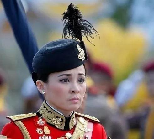 """泰国国王""""四婚""""!新王后是他的""""女保镖""""!"""