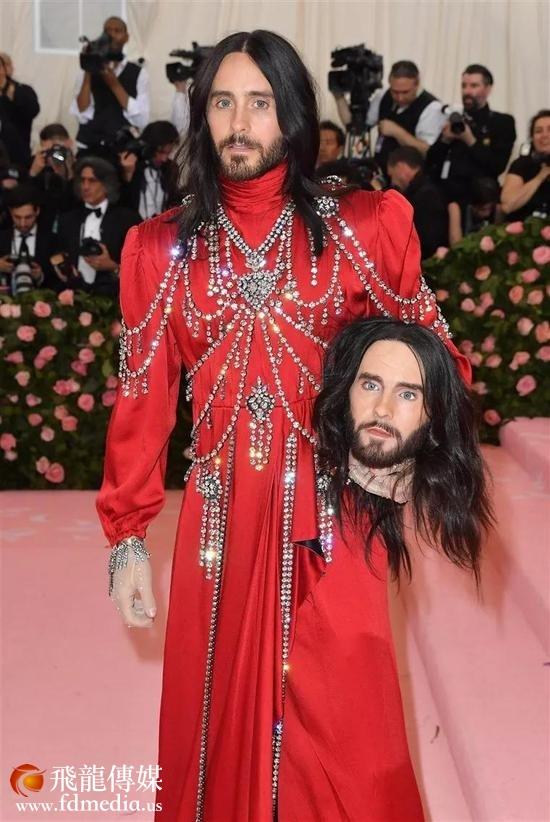 作为Gucci的代言人,他当然穿的是Gucci👇