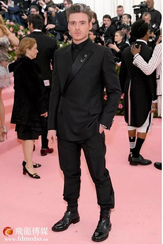 他的电影搭档Taron Egerton稍微比他努力一点点,在西装上加了一点珠片。