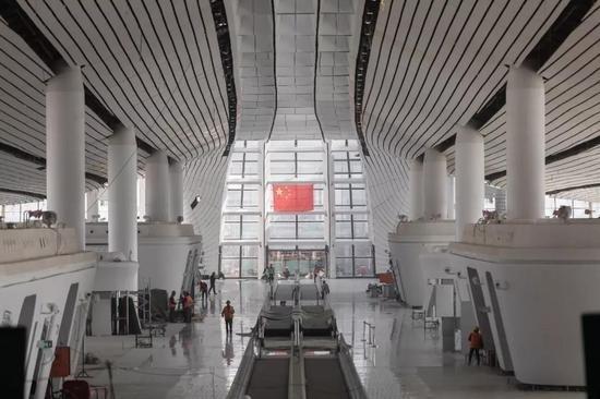 ▲4月12日,北京大兴国际机场内部装修接近完工。