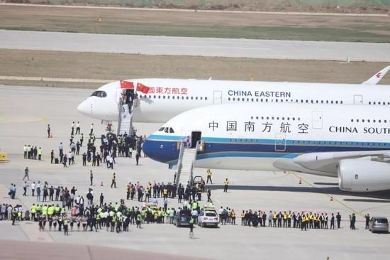 ▲5月13日,中国南方航空和中国东方航空的试飞客机降落在大兴机场。