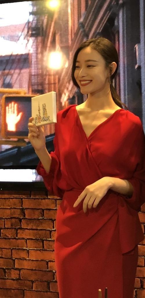 倪妮被近距离拍摄皮肤白嫩无瑕疵,路人视角身材超苗条