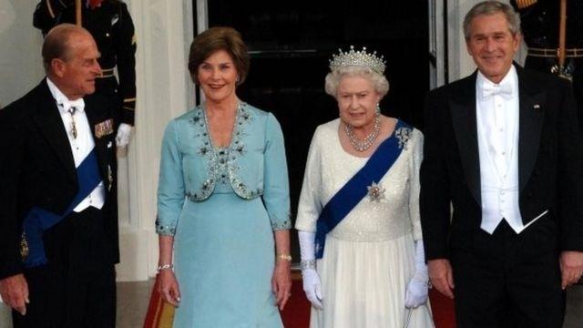 2007年,爱丁堡公爵陪同女王接见来访的美国总统布什和夫人