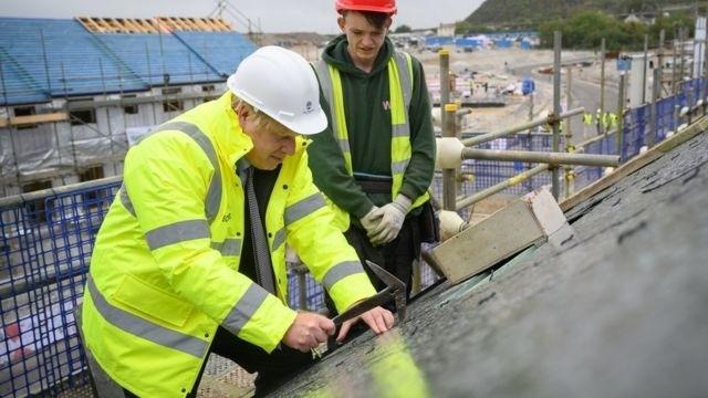 英国首相约翰逊在峰会之前走访康沃尔的建筑施工